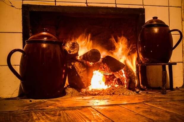 огонь горит в камине