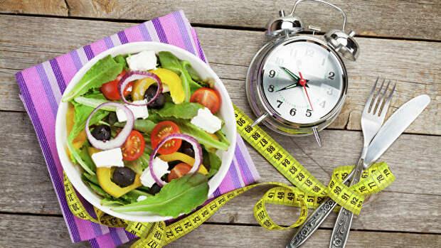 тарелка с овощами и будильник