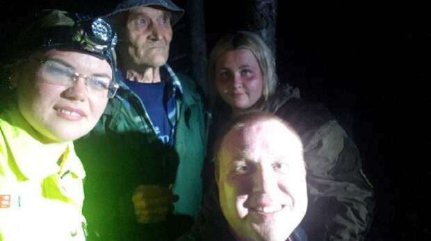 «Идем домой потихоньку»: спасатели вывели из леса дедушку в Тверской области