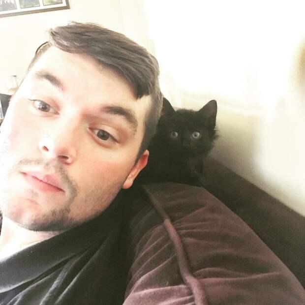 парень с котенком