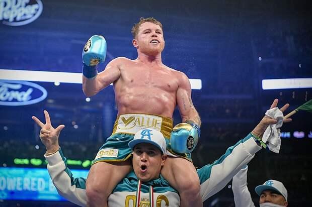 Боксёр Сауль Альварес победил Билли Джо Сондерса и стал чемпионом мира