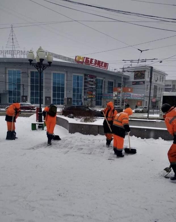 На улицах Симферополя 10 единиц техники убирают снег с дорог