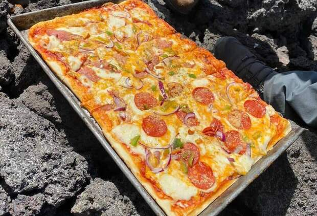 Как житель Гватемалы готовит пиццу прямо на лаве вулкана