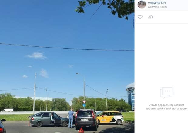 На Римского-Корсакова не смогли разъехаться два автомобиля