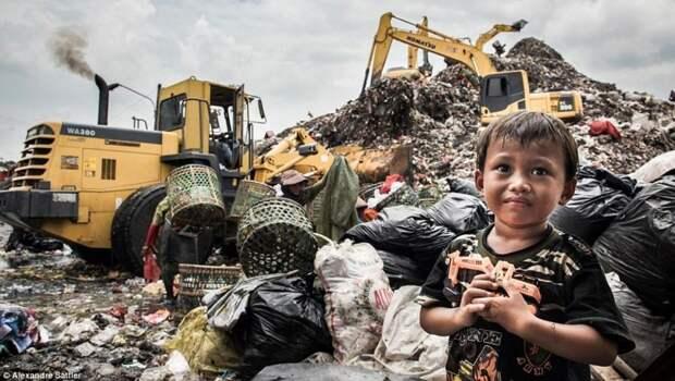 """Индонезию возмутила попытка Запада закидать """"союзника"""" токсичными отходами"""