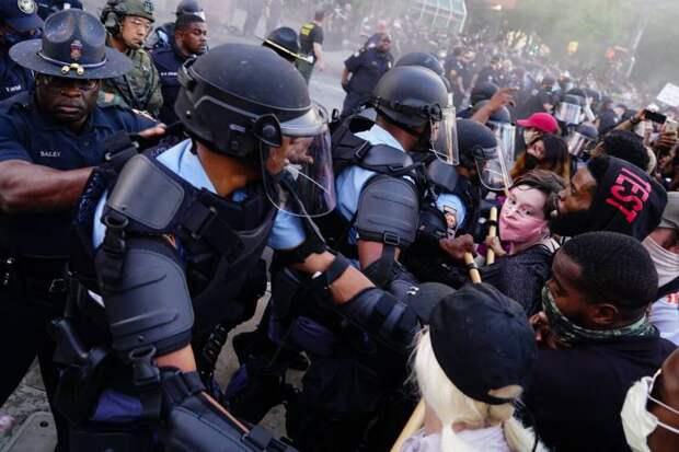 Американские СМИ: самосуд над полицейскими стал нормой в США