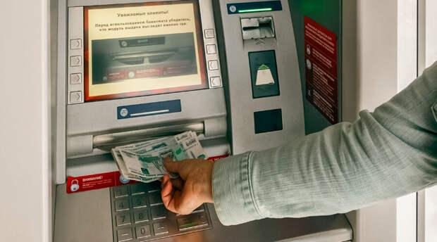 Снятие денег с чужой карты: удобство клиентам или лазейка мошенникам?