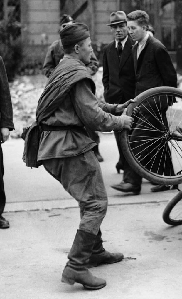 Побежденные и победители: как в Красной армии распределялись немецкие трофеи