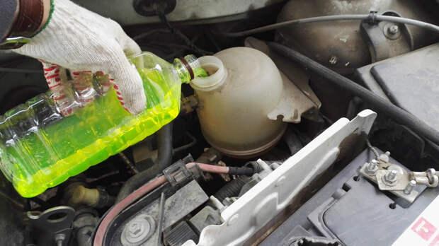 Автомеханик рассказал, какой уровень антифриза должен быть в бачке – посередине или максимальный