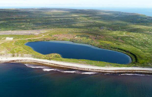 Озеро Могильное на острове Кильдин, в Баренцевом море. На переднем плане перемычка, разделившая водоем от моря. Изображение РГО
