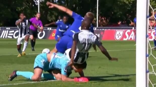 Африканский форвард жестко атаковал российского вратаря Крицюка в чемпионате Португалии. Гол отменили благодаря VAR
