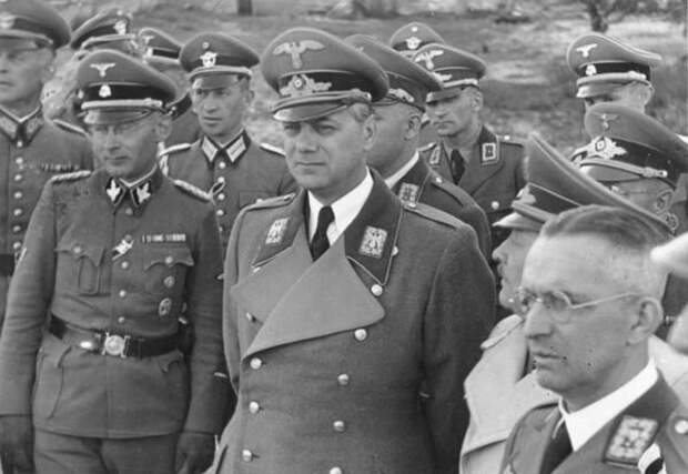 Розенберг и Кох в окружении немецких колониальных чиновников в Киеве, 1942 год, фото из открытых источников