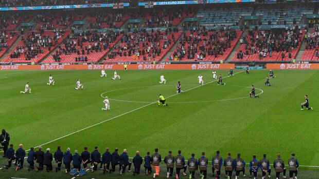 Футболисты Англии иШотландии встали наколени перед матчем: стрибун был слышен свист