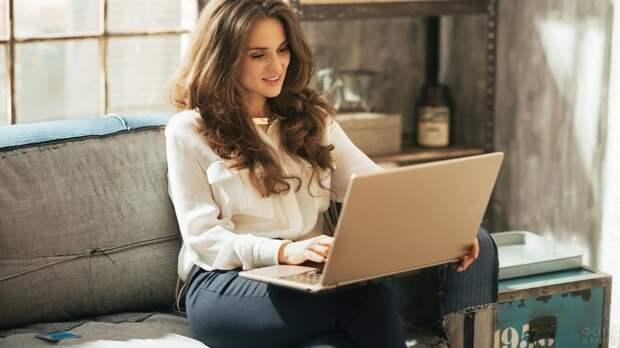 девушка с ноутбуком на диване