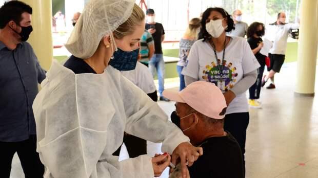 Роспотребнадзор сообщил о легкой вакцинации у пожилых людей