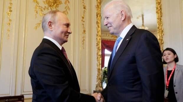 Историческое рукопожатие: Путин иБайден перед началом саммита вЖеневе— видео