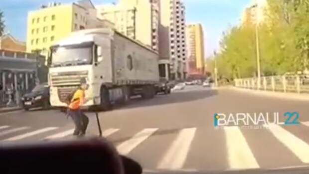Ребёнок на самокате едва не попал под колёса автомобиля в Барнауле