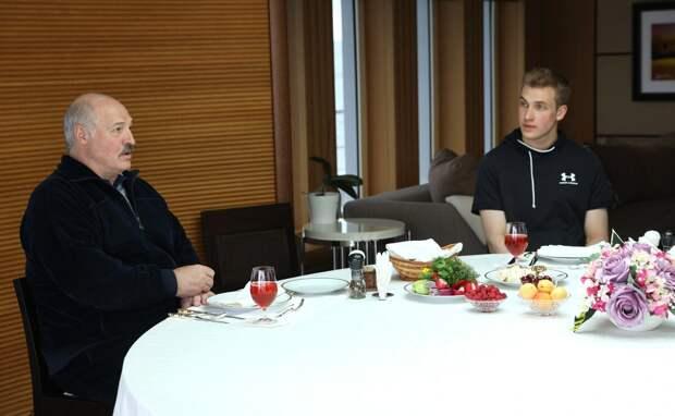 Папа  Коли  и  Коля. Фото   из  открытых  источников -    с официального  сайта  Президента  России.