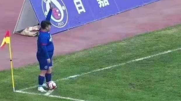 Китайский миллиардер приказал тренеру команды выпустить на поле своего 126-килограммового сына