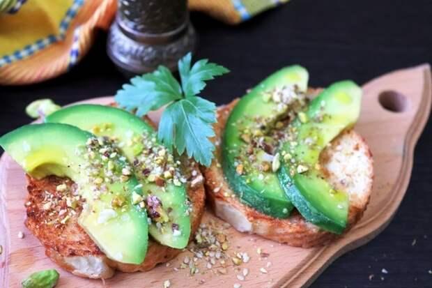 Фото к рецепту: Бутерброды с авокадо и фисташковой крошкой