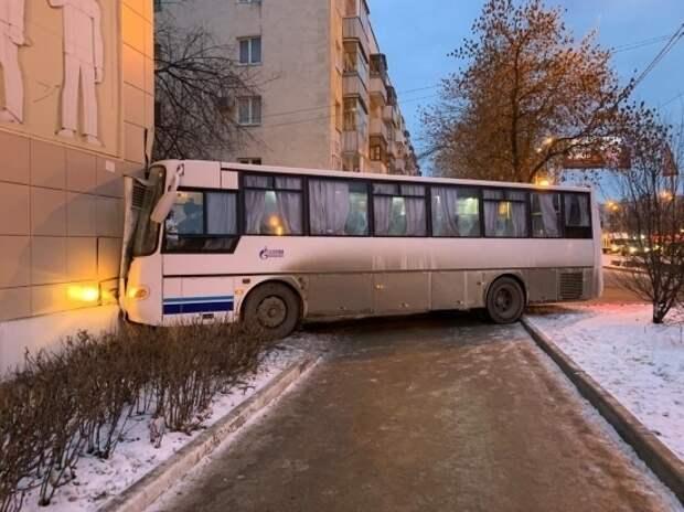 В Уфе автобус с вахтовиками врезался в жилой дом