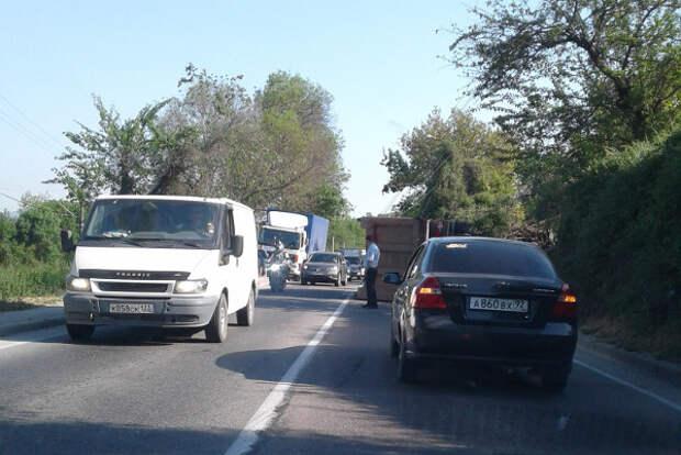 ДТП под Севастополем: самосвал упал на бок и снёс два столба (ФОТО, ВИДЕО)