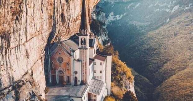 6 захватывающих фото церкви, нависающей над пропастью