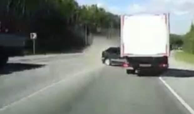 Водитель на«Ладе» выехал навстречку иустроил массовое ДТП под Ревдой