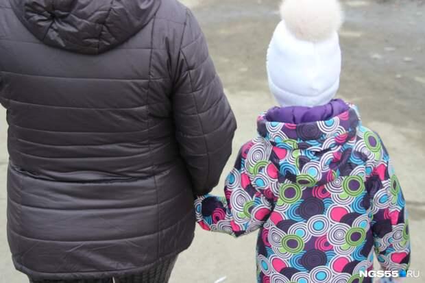 Воспитательница заметила у пятилетней девочки синяки. Подозрение пало на отчима