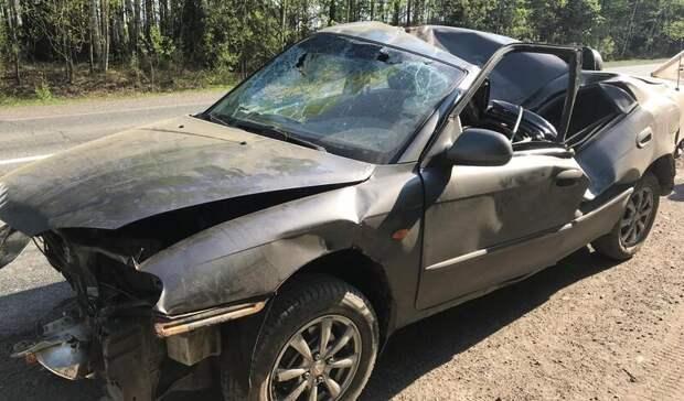 Водитель иномарки в Удмуртии съехал с дороги и врезался в дерево