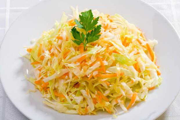 Готовим на работе почти каждый день и не надоедает: салат с капустой (тратим не более 5 минут и вкусно очень)
