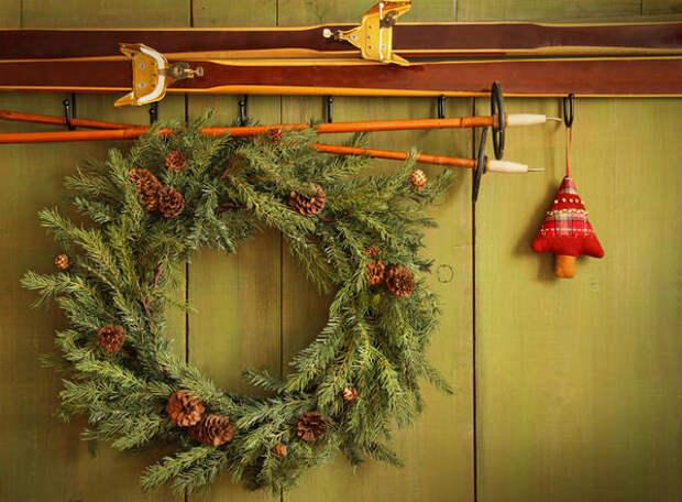 В доме венок станет удачным дополнением к другим новогодним украшениям