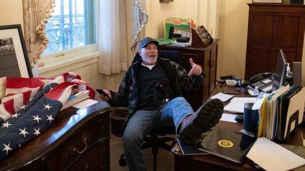 Подозреваемый в краже ноутбука Пелоси участник штурма Капитолия найден мертвым