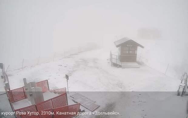 В горах Сочи выпал летний снег