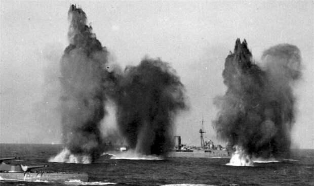 Английские линкоры HMS «Hood», и HMS «Valiant» под огнем французских кораблей
