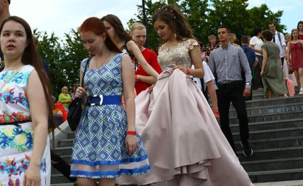 Платья на выпускной-2021 в школах Новосибирска: шик, блеск и безумные траты