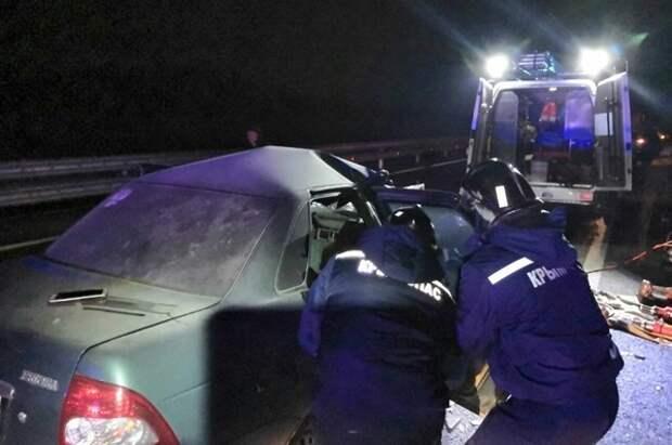 Три человека погибли при столкновении «Приоры» с «Камазом» в Крыму