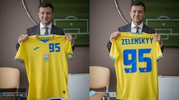 Политологи раскритиковали Зеленского за футбольную форму с логотипом Крыма