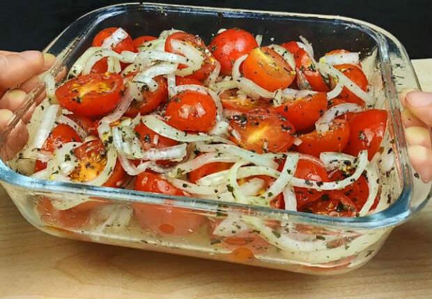 Превращаем помидоры в сочную закуску: заправили луком и лимонным соком