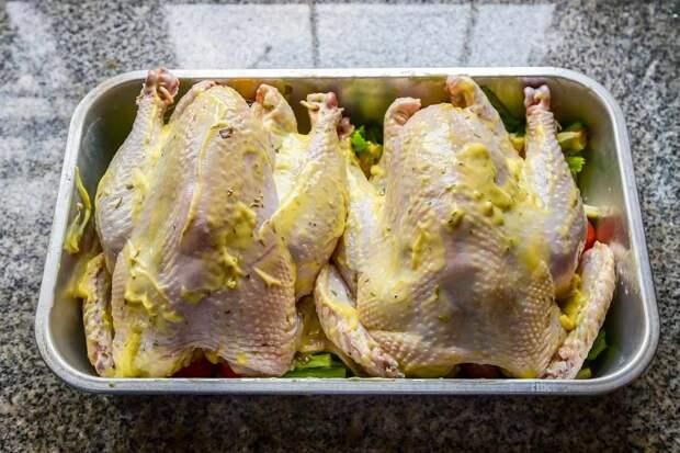 Повар запекает курицу целиком без возни, просто правильно замачивает