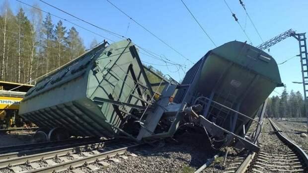 Железнодорожники подняли все 14 вагонов грузового поезда, сошедшего с рельсов в Карелии