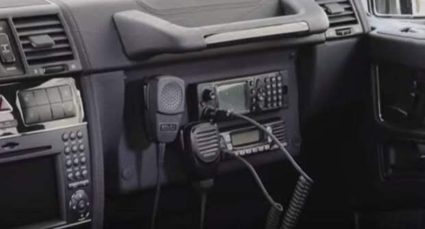 На месте бардачка специальное оборудование. |Фото: youtube.com.