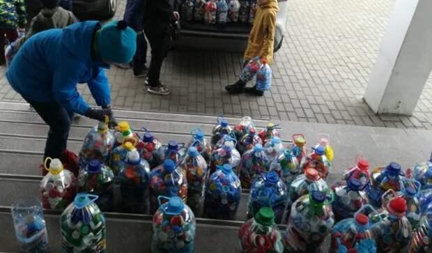 Пятьсот контейнеров с «добрыми» крышечками собрали учащиеся школы на Клинской