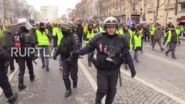 События в Венесуэле для Макрона важнее, чем многотысячные протесты во Франции