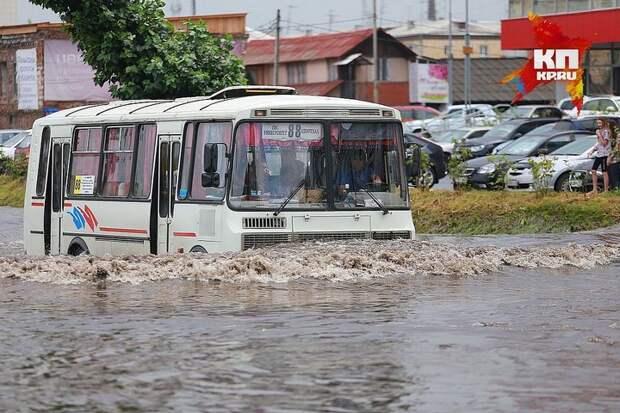 Водитель несколько часов вытаскивал заглохшие в воде автомобили