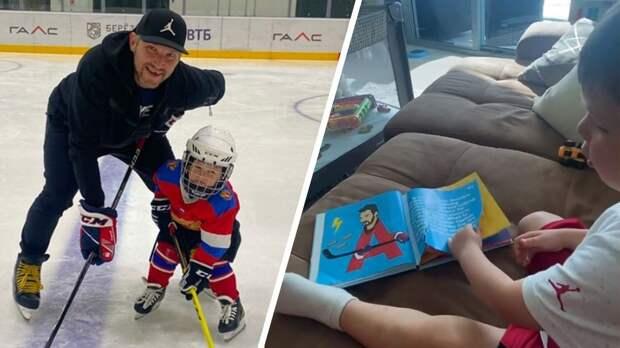 Жена Овечкина показала, как их сын изучает алфавит по великим хоккеистам: видео