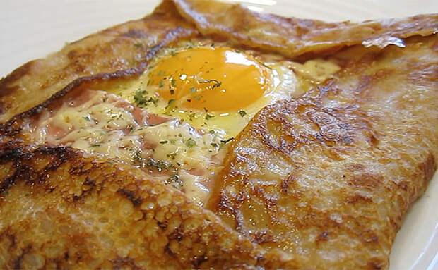 Готовим яичницу поверх блина. Пробуем завтрак из Франции