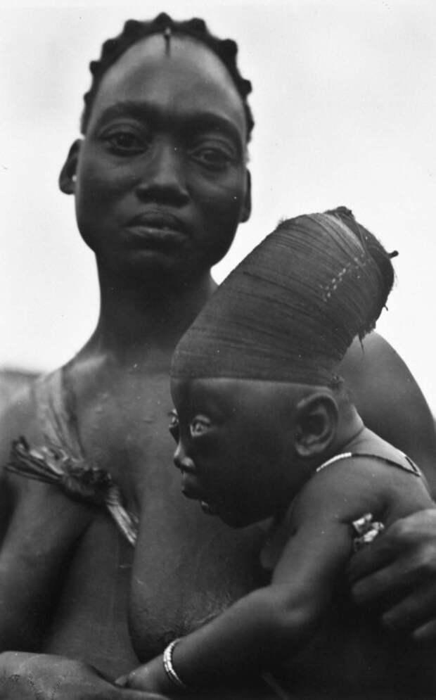 Женщина с ребенком из племени мангбету. Конго, 1930-е годы. | Фото: commons.wikimedia.org.