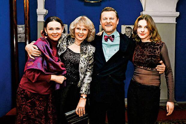 Виталий Соломин с женой Марией и дочками Настей и Лизой. / Фото: www.7days.ru