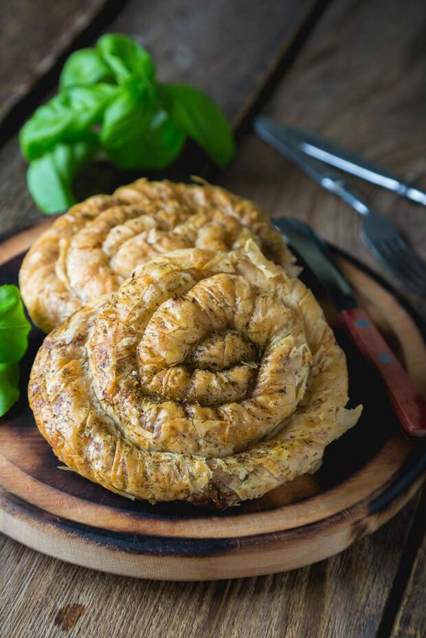 Для дождливого вечера: готовим пирог-улитку из слоеного теста